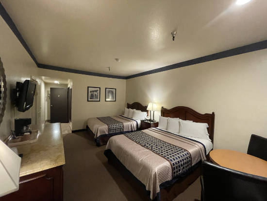 The Oakridge Inn - family with two beds (adjoining rooms)