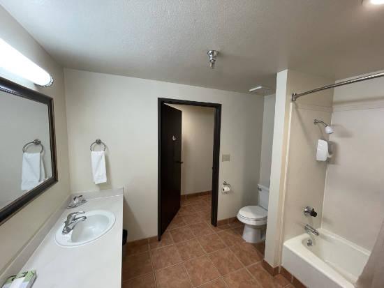 The Oakridge Inn - bathroom
